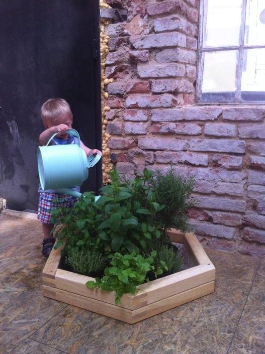 zahradničení pro nejmenší, dětská zahrádka, venkovní květináče, designové květináče, moderní květináče, moderní zahrada, rustikální design