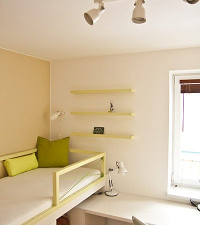Postýlka s úložnými prostory, dětský návrh, zvýšená postel, zelený pokoj, jednoduchý design