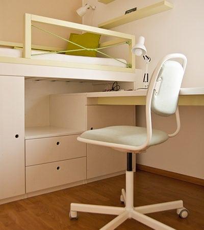 zvýšená dětská postel, úložné prostory, moderní dětský design, dětské úložné prostory, moderní dětský pokoj