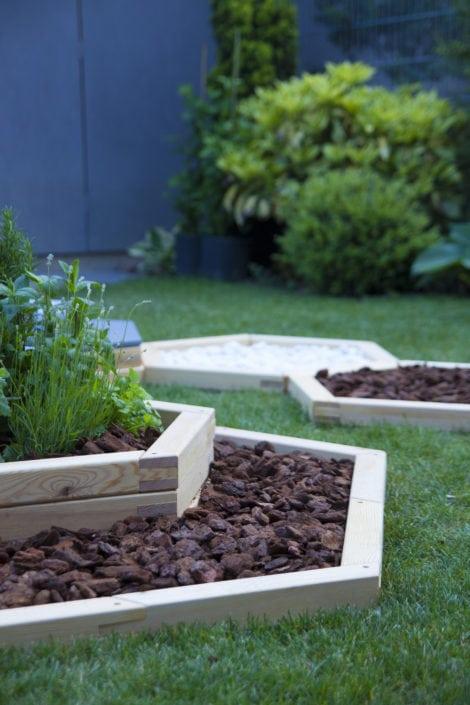dřevěné květináče, zahradní květináče, designová zahrada, bosý chodník, oblázky na zahradě, zahradní kůra
